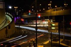 COLONIA, GERMANIA - 6 OTTOBRE 2018: elementi traccianti dai fari dell'automobile, centro urbano di Colonia immagine stock libera da diritti