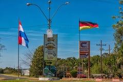 Colonia Independencia, Paraguay - 14 maggio 2018: Rotonda all'entrata di Colonia Independencia nel Paraguay fotografia stock
