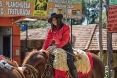 Colonia Independencia, Paraguay - Maj 14, 2018: En härlig kvinna rider proudly hennes häst under den årliga paraguayanska Indepen Arkivbilder