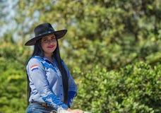 Colonia Independencia, Paraguay - Maj 14, 2018: En härlig kvinna rider proudly hennes häst under den årliga paraguayanska Indepen Royaltyfria Foton