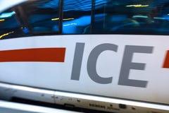 Colonia, Renania settentrionale-Vestfalia/Germania - 02 12 18: Treno del GHIACCIO in Colonia Germania immagini stock libere da diritti