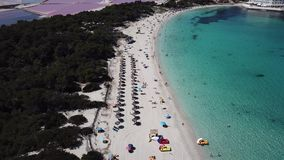 Colonia Sant Jordi, Μαγιόρκα Ισπανία Καταπληκτικό εναέριο τοπίο κηφήνων της γοητευτικής παραλίας Estanys Καραϊβικά χρώματα, πράσι απόθεμα βίντεο