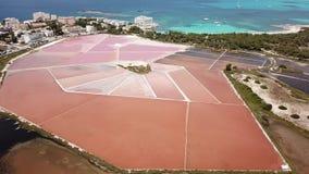 Colonia Sant Jordi, Espanha de Mallorca Paisagem aérea de surpresa do zangão dos planos cor-de-rosa de sal e da praia Estanys vídeos de arquivo
