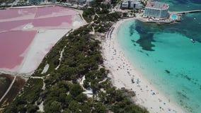 Colonia Sant Jordi, Espanha de Mallorca Paisagem aérea de surpresa do zangão dos planos cor-de-rosa de sal e da praia Estanys video estoque