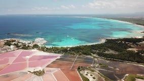 Colonia Sant Jordi, Espanha de Mallorca Paisagem a?rea de surpresa do zang?o dos planos cor-de-rosa de sal e da praia encantador  vídeos de arquivo