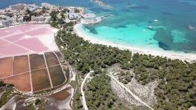 Colonia Sant Jordi, Majorque Espagne Paysage aérien stupéfiant de bourdon des appartements roses et de la plage Estanys de sel clips vidéos