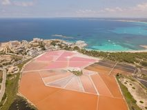 Colonia Sant Jordi, Mallorca Spanje Verbazend hommel luchtlandschap van de roze zoute vlakten en het charmante strand Estanys royalty-vrije stock fotografie