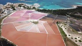 Colonia Sant Jordi, Mallorca Spanje Verbazend hommel luchtlandschap van de roze zoute vlakten en het charmante strand Estanys stock videobeelden