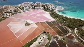 Colonia Sant Jordi, Mallorca Spanje Verbazend hommel luchtlandschap van de roze zoute vlakten en het charmante strand Estanys stock footage