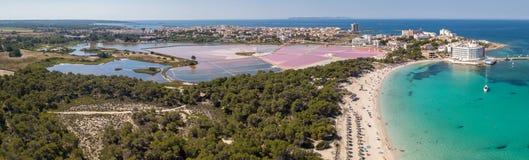 Colonia Sant Jordi, Mallorca Spanje Verbazend hommel luchtlandschap van de roze zoute vlakten en het charmante strand Estanys stock afbeelding