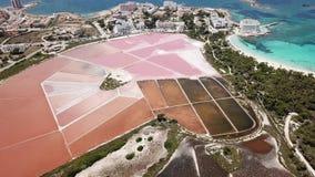 Colonia Sant Jordi, Mallorca Spanje Verbazend hommel luchtlandschap van de roze zoute vlakten en het strand Estanys stock videobeelden
