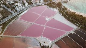 Colonia Sant Jordi, Mallorca Spanje Verbazend hommel luchtlandschap van de roze zoute vlakten en het strand Estanys stock footage