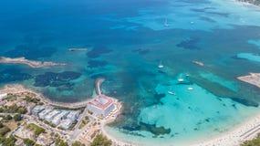 Colonia Sant Jordi, Mallorca Spanje Verbazend hommel luchtlandschap van het charmante Estanys-strand en de boten stock foto's