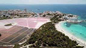 Colonia Sant Jordi, Mallorca Spanje Verbazend hommel luchtlandschap van het dorp, de roze zoute vlakten en het strand Estanys stock videobeelden