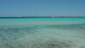 Colonia-Sant Jordi, Ses Salines, Spanien ?berraschende Ansicht der Boote im T?rkismeer nah an dem reizend Strand von Es Trenc stock video