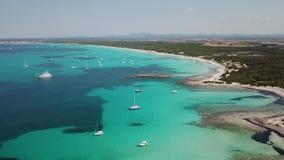 Colonia Sant Jordi, spagna Paesaggio aereo del fuco stupefacente delle spiagge affascinanti Estanys ed es Trencs Mare caraibico d archivi video