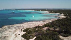Colonia Sant Jordi, spagna Paesaggio aereo del fuco stupefacente delle spiagge affascinanti Estanys ed es Trencs Mare caraibico d video d archivio