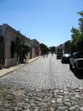 'Colonia, Uruguay, Enero 15, 2011: calle colonial con los turistas ` foto de archivo