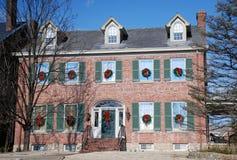 Colonial de brique décoré pendant des vacances Image stock