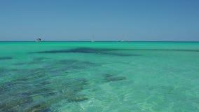 Coloniasant jordi, Ses Salines, Spanje Verbazende mening van de boten in turkooise overzees dicht bij het charmante strand van S  stock videobeelden