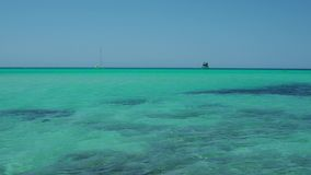 Coloniasant jordi, Ses Salines, Spanje Verbazende mening van de boten in turkooise overzees dicht bij het charmante strand van S  stock video