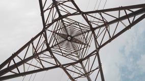 Colonna ad alta tensione elettrica con i cavi Fotografie Stock
