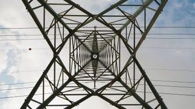 Colonna ad alta tensione elettrica con i cavi Immagine Stock