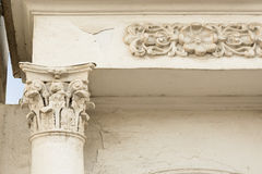 Colonna antica con lo stucco ed il portone in Yaroslavl Immagine Stock