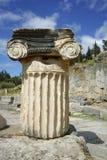 Colonna antica in greco il sito archeologico del greco antico di Delfi, Grecia fotografia stock