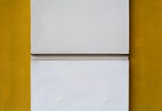 Colonna bianca su priorità bassa gialla immagine stock libera da diritti