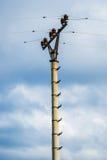 Colonna con le linee elettriche Fotografia Stock Libera da Diritti