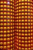 Colonna con molte piccole statue della dea in tempio cinese Immagini Stock Libere da Diritti