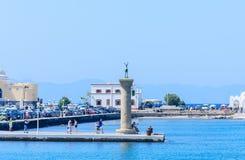 Colonna con una statua di un cervo Porto di Mandraki Rodi Isola di Rodi La Grecia Immagini Stock Libere da Diritti