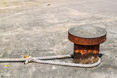 Colonna d'acciaio concreta con la corda per la barca di parcheggio fotografie stock