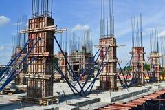 Colonna del cemento della costruzione nel sito della costruzione Fotografie Stock Libere da Diritti