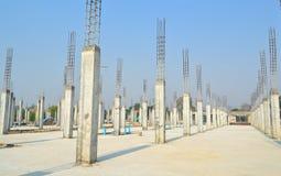 Colonna del cemento nel sito della costruzione Fotografie Stock Libere da Diritti