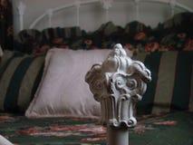 Colonna del letto antica del metallo bianco immagini stock libere da diritti