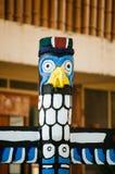 Colonna del totem dipinta sul legno in isola tropicale Fotografia Stock
