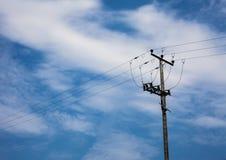Colonna della cabina di funivia Il filo di acciaio funicolare del tram cabla contro i precedenti del cielo blu Ropeway della line fotografia stock libera da diritti