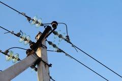 Colonna della linea di trasmissione elettrica di primo piano concreto rinforced con i cavi su un bacground del cielo blu Immagine Stock Libera da Diritti
