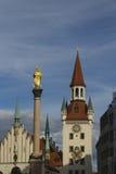 Colonna della torre di orologio dello zodiaco e di St Mary, Monaco di Baviera Fotografie Stock Libere da Diritti