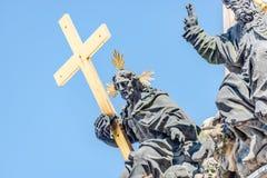 Colonna della trinità santa, figura del san con l'incrocio, Praga, Fotografie Stock