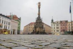 Colonna della trinit? santa nel quadrato principale di vecchia citt? di Olomouc, repubblica Ceca Vecchia pavimentazione dei cubi immagini stock
