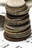 Colonna delle monete del metallo Il concetto del risparmio Monete impilate sulla e Fotografie Stock