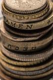 Colonna delle monete del metallo Il concetto del risparmio Monete impilate sulla e Fotografia Stock