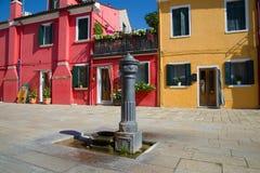 Colonna di distribuzione della vecchia acqua nel giorno soleggiato Isola di Burano, Venezia fotografia stock