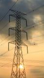 Colonna di elettricità nel tramonto Immagini Stock
