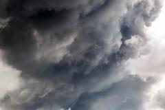 Colonna di fumo enorme e spessa Immagini Stock