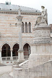 Colonna di giustizia e statua di pace a Udine, Italia Fotografia Stock