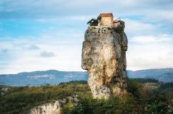 Colonna di Katskhi Punti di riferimento georgiani La chiesa su una scogliera rocciosa fotografie stock